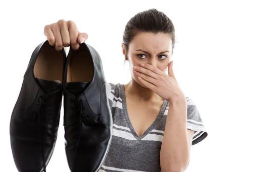 Đừng Để Mình Bị Kỳ Thị Vì Giày Da Có Mùi